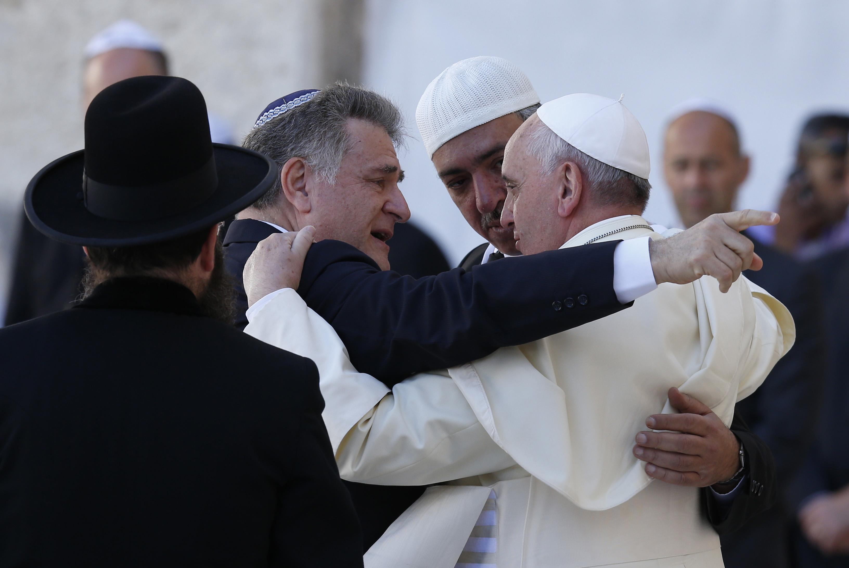 """""""Comment l'Amérique veut changer de Pape"""" : Un livre à lire en faveur de notre cher Pape François ! 20140526cnsto0175"""