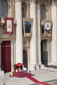 Les tapisseries des nouveaux saints ornent la basilique Saint-Pierre. Photo: Steven Scardinal