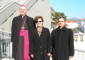 Mgr Peter Rajic, Mme Anne Leahy et mgr Eterovic