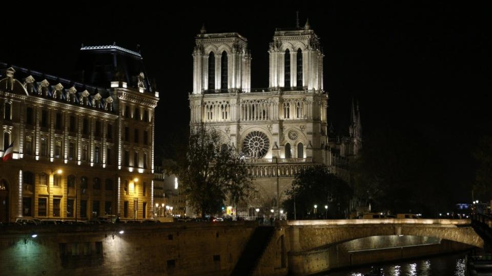 Debout devant la croix du brasier de Notre-Dame