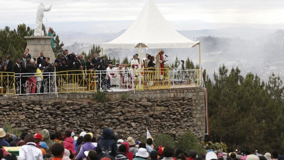 Pape à Madagascar: prière avec les travailleurs du chantier maritime deMahatazana