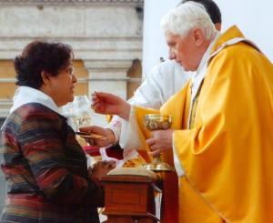 Effie Cordeiro reçoit la communion du pape Benoît XVI (Photo : courtoisie de la famille Cordeiro)