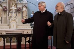 Le premier ministre avec le père Claude Grou, csc, dans la chapelle originale à saint Joseph (Photo : Tim Snow)