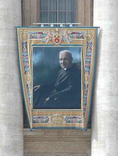"""Le portrait du """"très futur saint"""" frère André arbore depuis ce matin la façade de la basilique Saint-Pierre. (Photo : DUMAS)"""